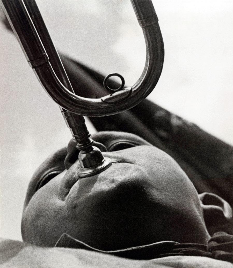 Alexander_Rodchenko_Pioneer_With_A_Trumpet