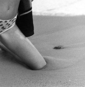 Knie im Sand Frauke